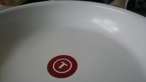 weiße Keramikbeschichtung an der Innenseite der Pfanne